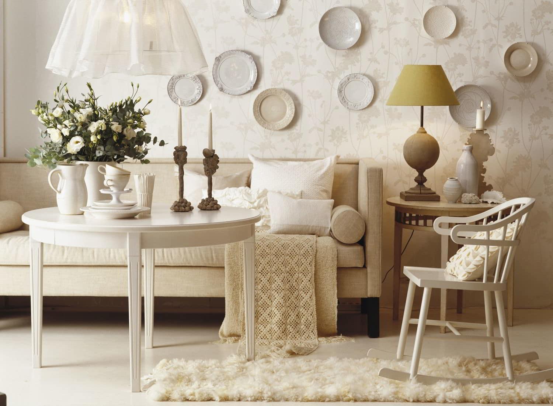 Декоративные тарелки над диваном