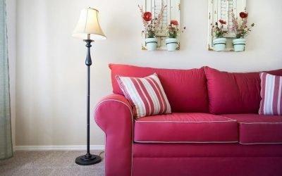 Способы оформления стены над диваном