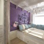 Фиолетовая стена в дизайне спальни
