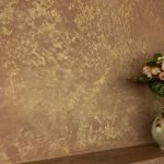 Цветы в вазе на коричневом фоне