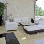 Большая комната с мягкой мебелью