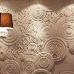 Круги на стене из декоративной штукатурки