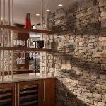 Кухня со стенами из декоративного камня