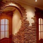 Дверной проем с отделкой из декоративного камня