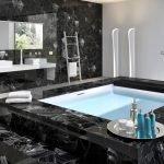 Черный натуральный камень в отделке ванной