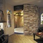 Дизайн комнаты с перегородкой из декоративного камня