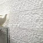 Белый декоративный камень на стене
