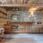 Дерево и натуральный камень в отделке комнаты