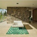 Кровать на зеленом ковре