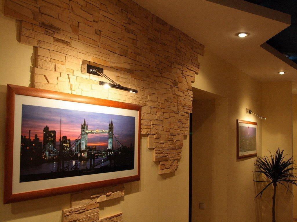 Картина на стене прихожей