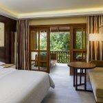 Вариант оформления комнаты для гостей с балконом