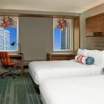 Две кровати с подушками