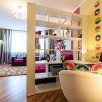 Яркие элементы в интерьере гостиной