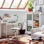 Интерьер зала с белым диваном и компьютерным столом