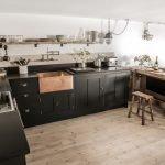Стол и табуретки из досок на кухне