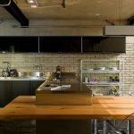 Стол с деревянной столешницей на кухне