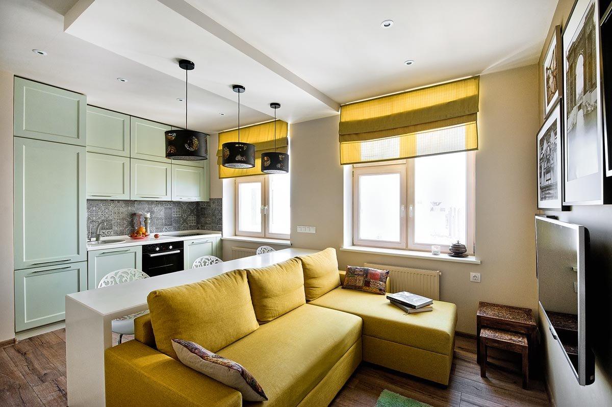 Яркий дизайн кухни-гостиной
