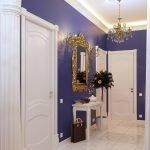 Сочетание белых дверей и синих стен