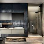 Просторная ванная комната в черно-бежевых тонах