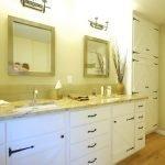 Два зеркала на стене в ванной