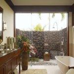 Современный дизайн ванной комнаты с выходом на балкон