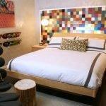 Цветное изголовье кровати