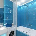 Голубой кафель в отделке узкой ванной комнаты