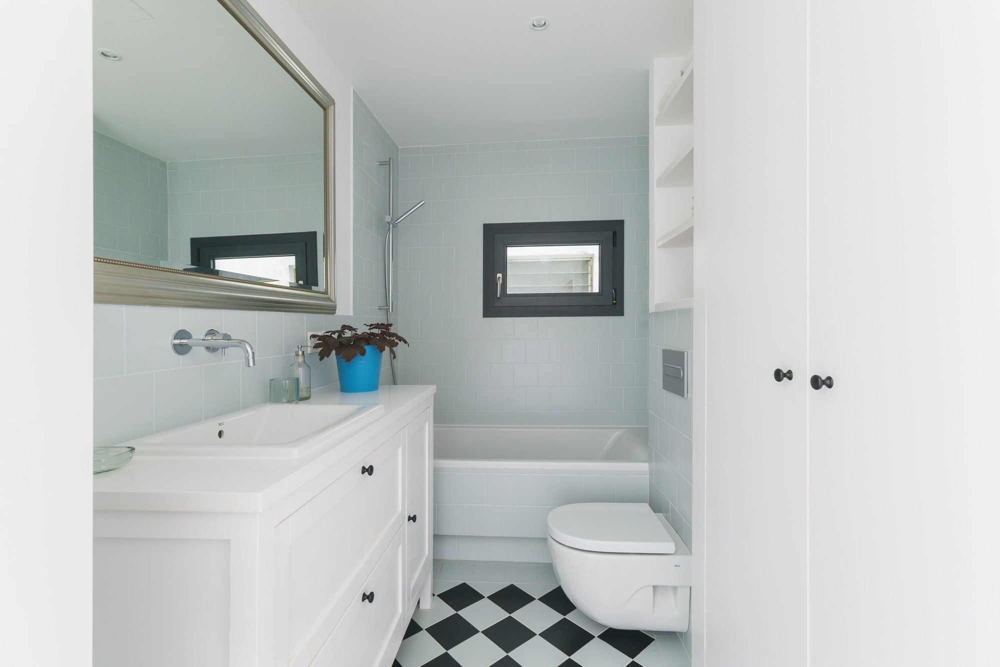 Узкая ванная в светлых тонах