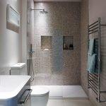 Необычный дизайн узкой ванной