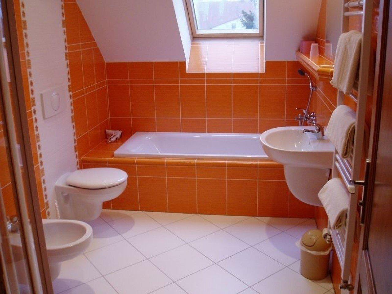 Оранжевая ванная с маленьким окном