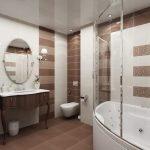 Сочетание шоколадного и белого в дизайне узкой ванной