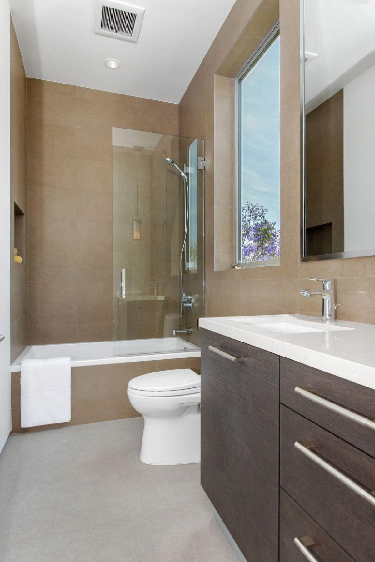 Узкая ванная комната с окном