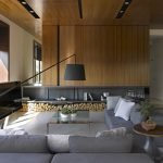 Деревце на столике у дивана