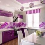 Фиолетовая кухня с белой обеденной зоной