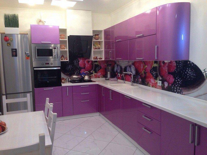 Фиолетовая кухня с элементами черного и белого цвета