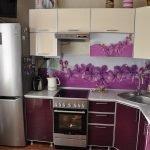 Дизайн маленькой фиолетовой кухни с цветочными вставками