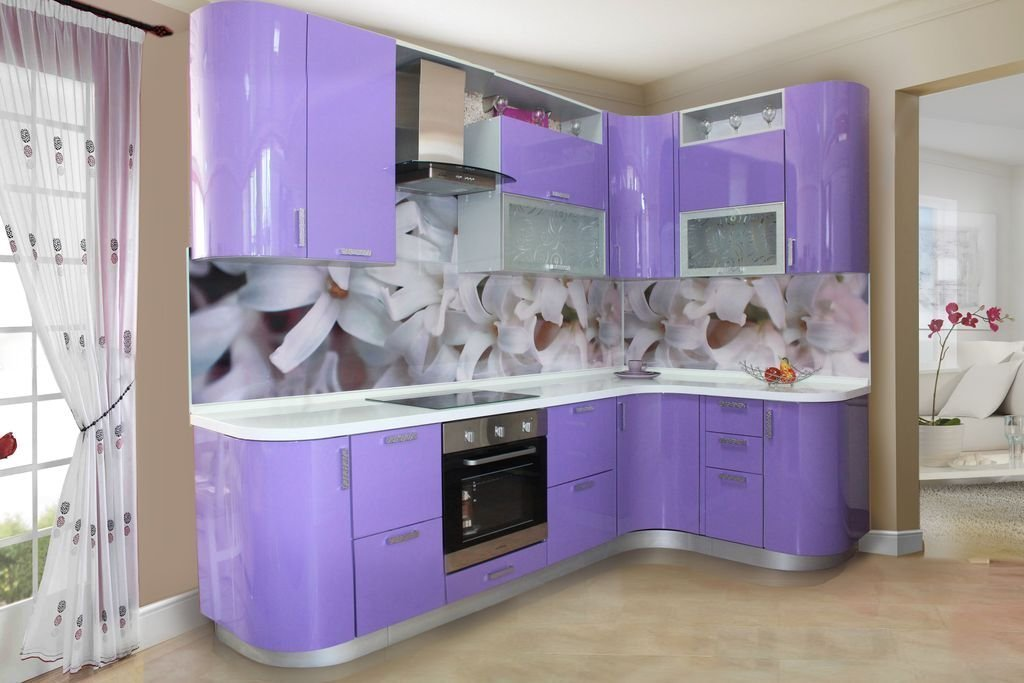 Фиолетовая кухня с цветочным топом