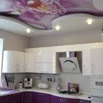 Дизайн фиолетовой кухни с натяжными потолками