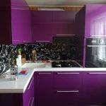 Фиолетовый цвет в дизайне небольшой кухни
