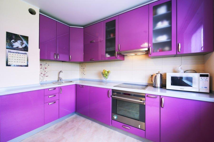 Дизайн угловой фиолетовой кухни