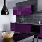 Стильная фиолетовая кухня с черным фартуком