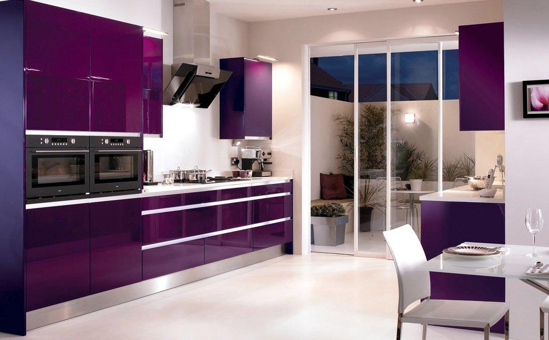 Дизайн фиолетовой кухни со шкафом-купе