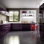 Дизайн фиолетовой кухни с окном