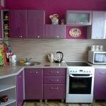 Дизайн небольшой фиолетовой кухни