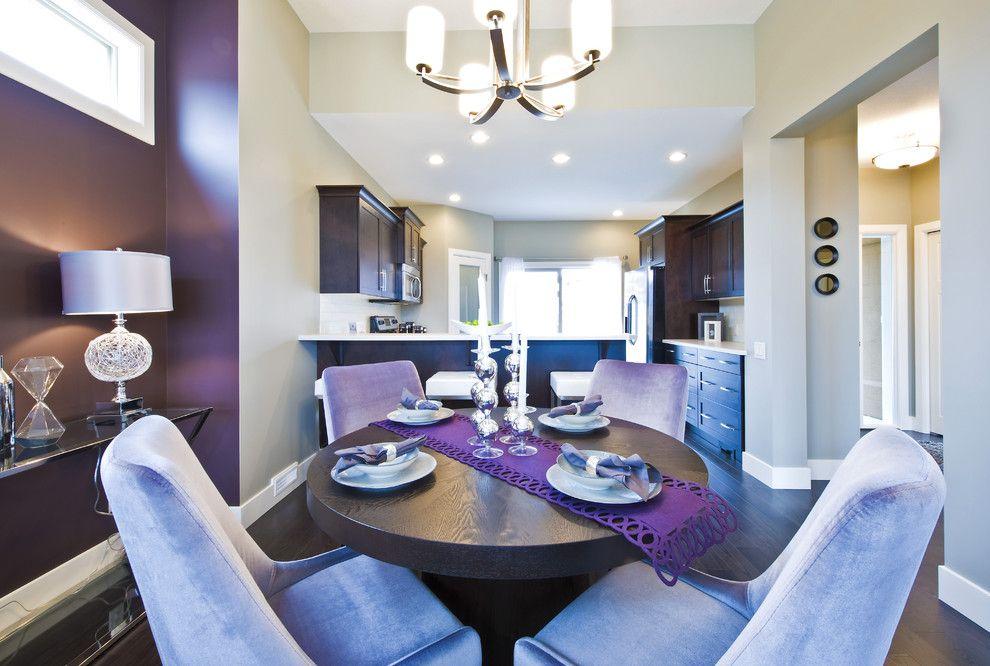 Дизайн фиолетовой кухни с обеденной зоной