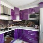Дизайн маленькой угловой фиолетовой кухни