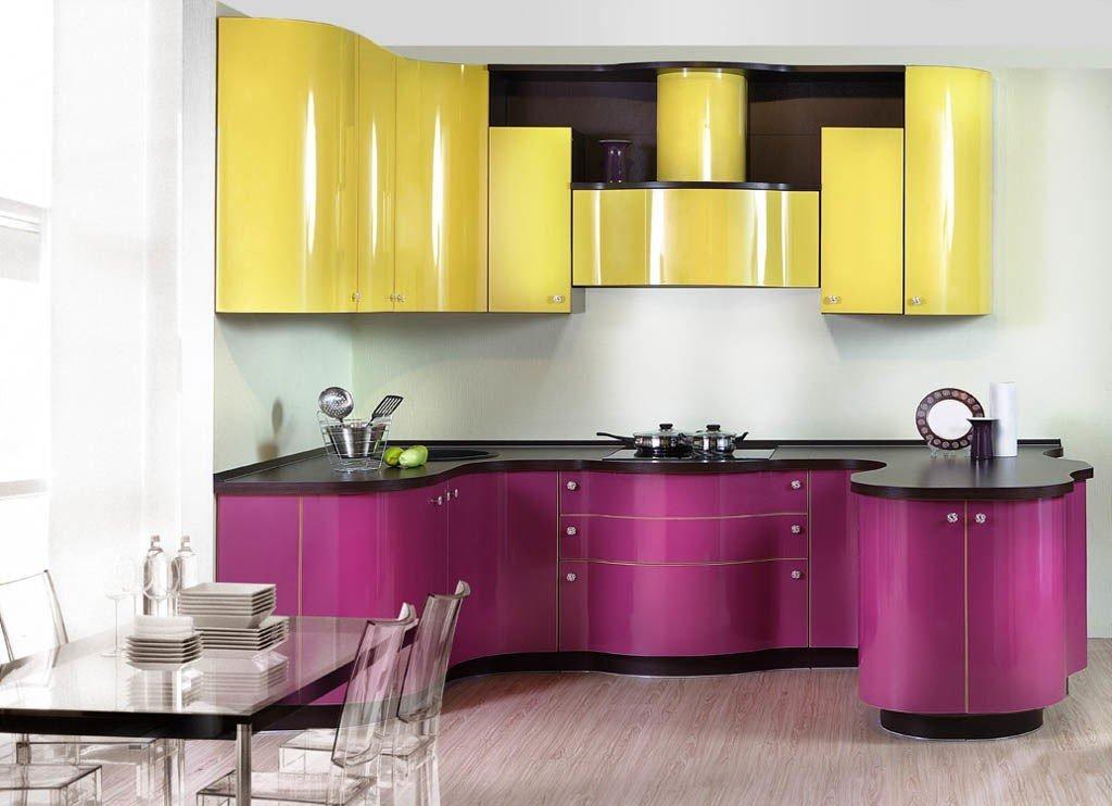 Фиолетово-желтая кухня в стиле модерн