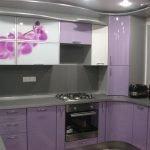 Дизайн маленькой серо-фиолетовой кухни