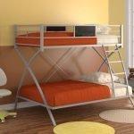 Оранжевые покрывала на кроватях