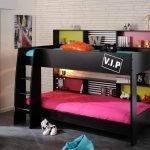 Черная двухъярусная кровать в комнате подростка